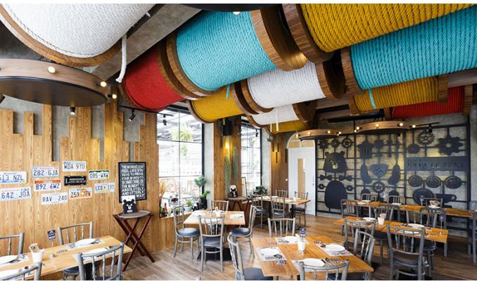 Отделка потолков кафе натуральными материалами